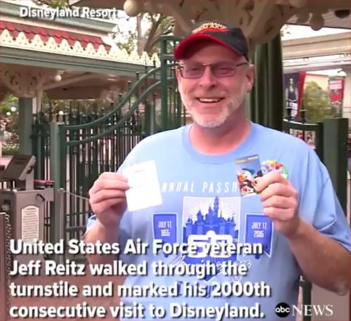 アメリカで元空軍軍人がディズニーランド2000日連続入園達成!_2