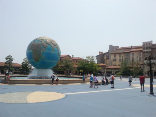 ディズニーシーのウォルト・ディズニー像の足の裏に「隠れ故郷」
