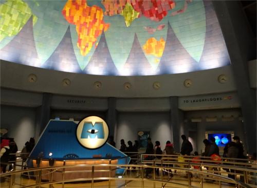 「モンスターズ・インク ライド&ゴーシーク!」の待ち列天井の地図に隠れミッキー