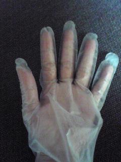 ビニール手袋で