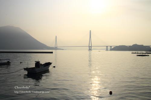 朝の橋と海