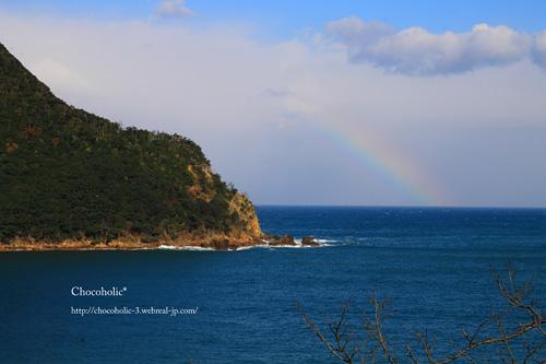 海から出る虹