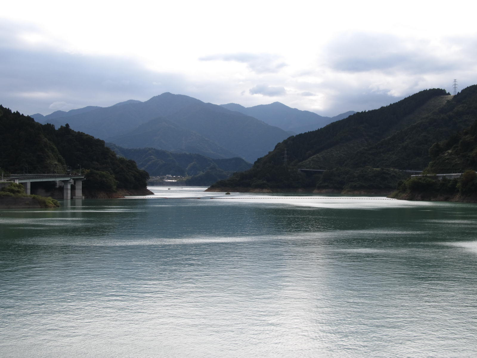 宮ヶ瀬湖から見る丹沢山塊