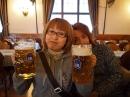 両手で2リットルのビール