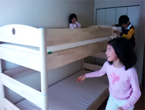 FLEXIMOの二段ベッドに歓声を上げる姉弟