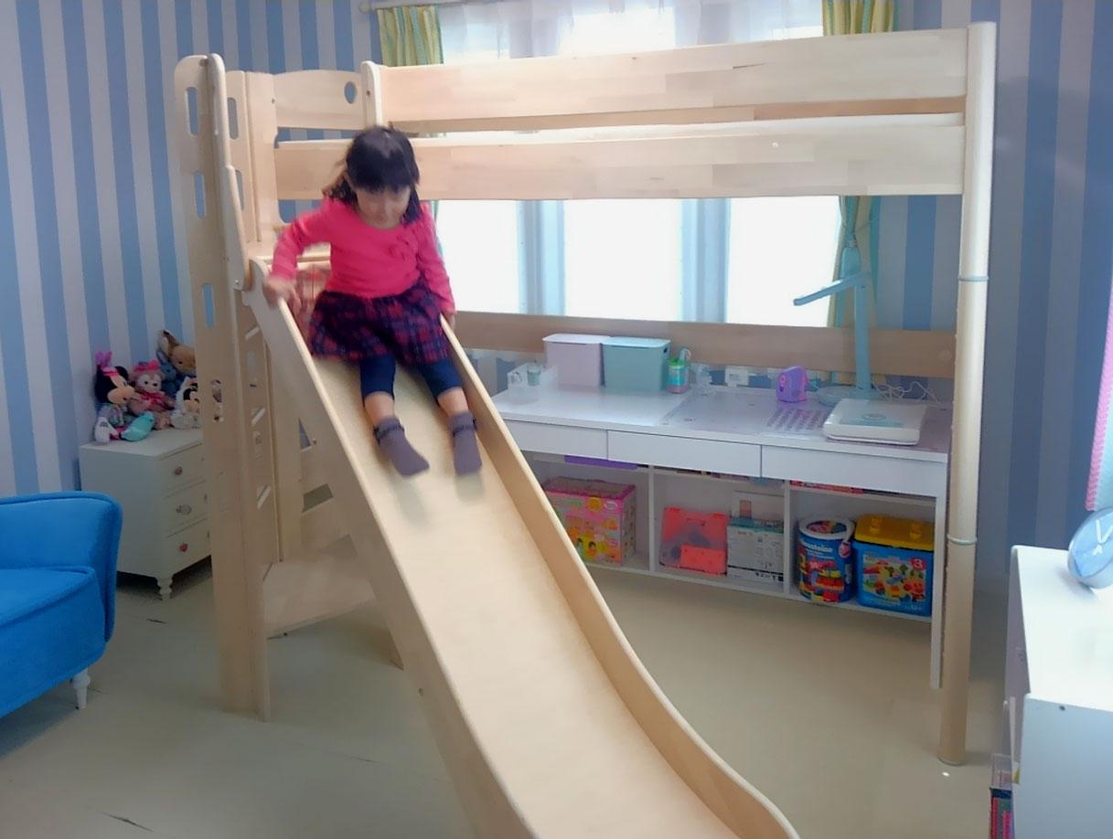 ロフトベッドの滑り台を滑る妹さん