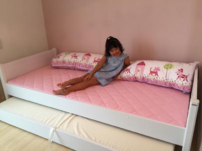 ドイツの白いシングルベッド