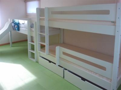 白いミドルと2段ベッド