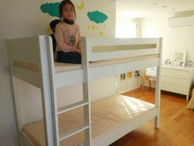 白い二段ベッド