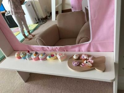 ピンクのカーテンとベッド.jpg