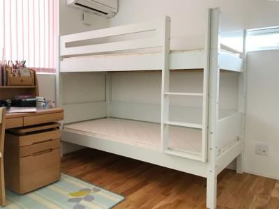 木目の見えない白い二段ベッド.jpg