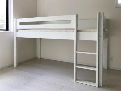 白いミドルベッド