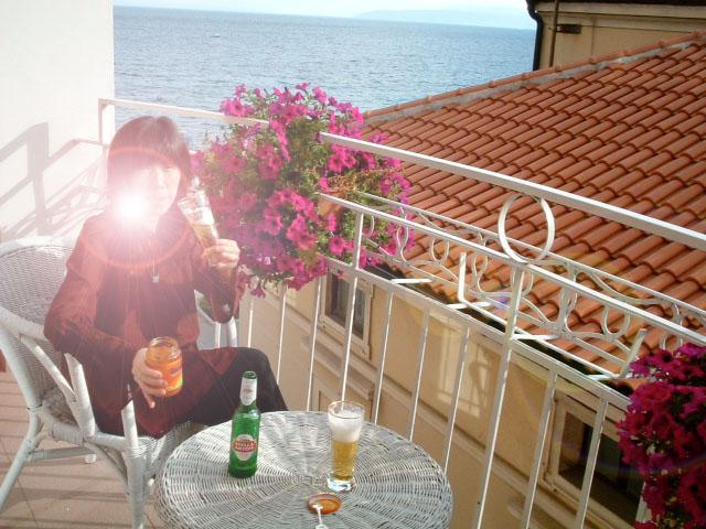 20040904クロアチアモーツァルトホテルバルコニーでお酒01逆光
