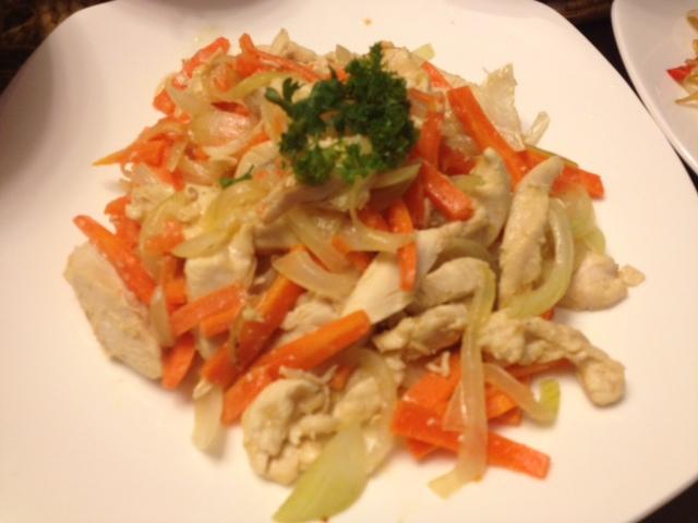 20121010深夜ご飯02鶏ささみと人参、タマネギのドレッシングオイル炒め片栗粉入り