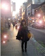 20121207ふわふわマント元町中華街01逆光縮小