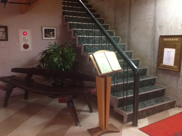 20130504の37勝沼ぶどうの丘のレストラン11曲がった椅子