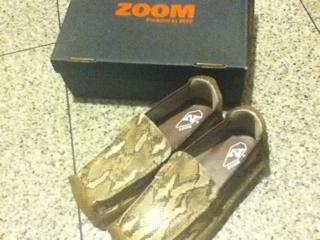 写真靴ですけどもー!(笑) 昨日到着しましたも~~~~探して探して鹿児島か熊本にありました! zoom/peepの靴がもう大好きで!!! このパイソン(蛇がら)は、ブーツ、