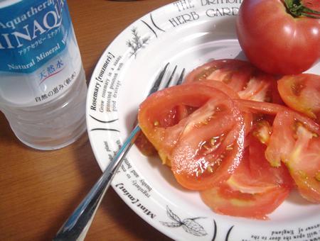 生トマトとミネラルウォータ