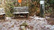 雪の中、手前に三角点も…