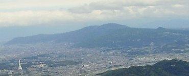 生駒山とPLの塔