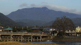 愛宕山(手前は渡月橋)