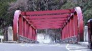 保津峡橋を渡って左が駅