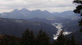 左:倶留尊山、右:大洞山