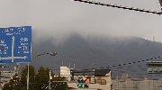 雲に隠れる山