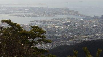 左上に薄っすらと神戸空港が…