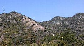 巨大岩場越しに見える鷹ノ巣山