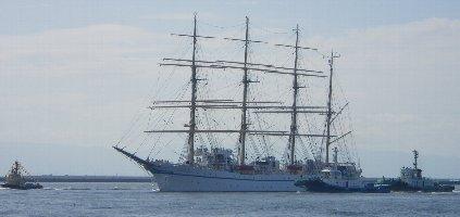 入港する帆船