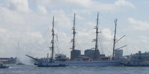 帆船の前で…