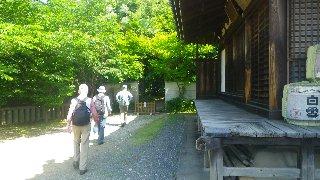 本堂横から山道へ