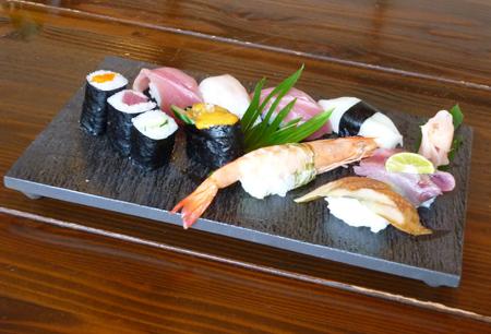 お寿司と「黒陶石目四つ足長角皿(小)」