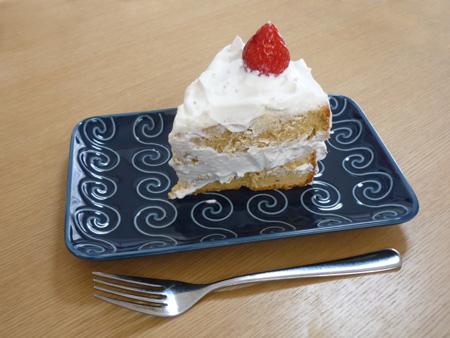「紺渦焼物皿」とイチゴのケーキ