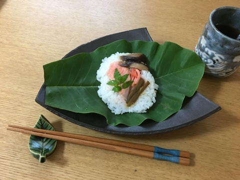 「黒陶半切三角中皿」とほうば寿司