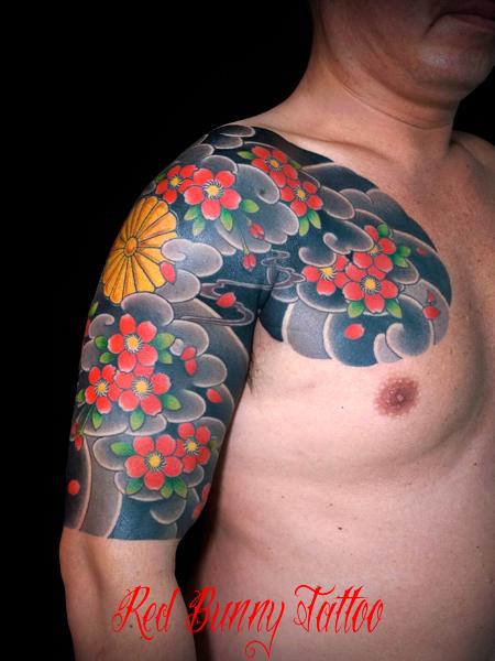 桜散らしと菊の御紋の刺青、和彫りのデザイン