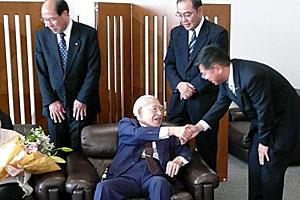 北海道を離れるときの安井先生と握手(2007年6月1日旭川空港にて)<