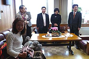 介助犬の普及を訴える三上さんと介助犬ジルバ