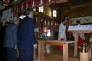 五穀豊穣祈願祭で玉串を捧げる参加者