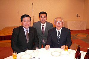 現委員長の山居さん(左)と私と中田前委員長(右)