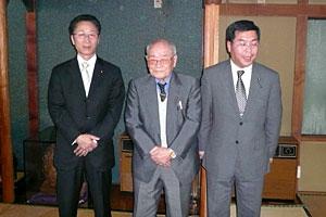 叙勲を受けた品沢さん(中央)と佐々木代議士(左)と私(右)