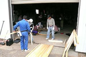 民主党看板設置作業風景(5月25日佐々木代議士車庫にて)
