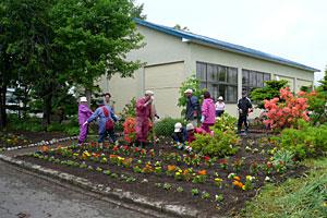 創成自治会の花壇整備作業