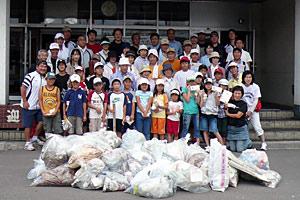 全市ゴミ拾い事業で拾ったゴミと参加メンバー