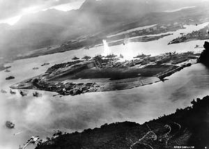 米戦艦オクラホマに魚雷命中の瞬間(Wikipediaから)
