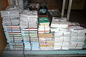 整理して廃棄する書類の山