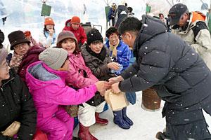 温根別冬まつりで参加者と握手