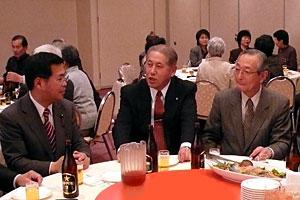 隆親会で牧野幹事長(中央)、小貫会長(右)と懇談