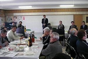 市政報告をする平野市議